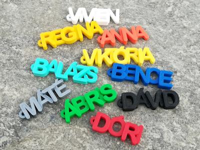 Egyedi 3D nyomtatott névvel, szöveggel ellátott kulcstartók
